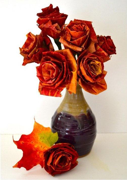 rosas-con-hojas-caidas-de-otoño